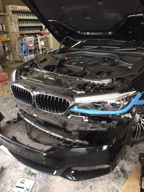 BMW G30 523dのフロントバンパーの交換および板金塗装